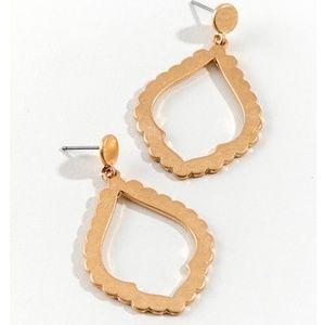 🎄3/$30 New Gold Scalloped Edge Earrings